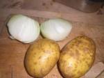 Vask kartoflerne, og pil løgene.