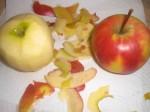 Skræl æblerne, fjern kernehuset, og skær æblekødet i mindre stykker.
