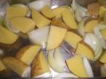 Skær kartofler og løg i både.