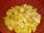 Hæld vandet fra kartofler og pastinakker.