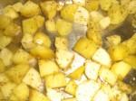Kom kartofler og pastinakker i et ovnfast fad, og drys krydderierne over.