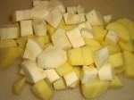 Skær kartofler og pastinakker i store tern.
