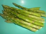 ½Overhæld aspargeserne med kogende vand.