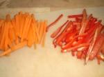 Snit grøntsagerne i fine stave.