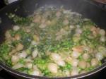 Lad salaten falde sammen, og smag til med salt og peber.