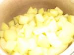 Kog kartoflerne møre.