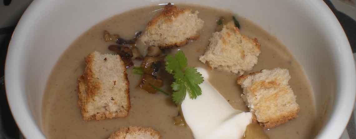 Suppe med blandede svampe og brødcroutoner