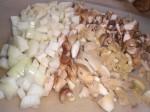 Hak svampe, løg, hvidløg og pastinakker groft.