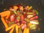 Tilsæt rabarber og eddike.