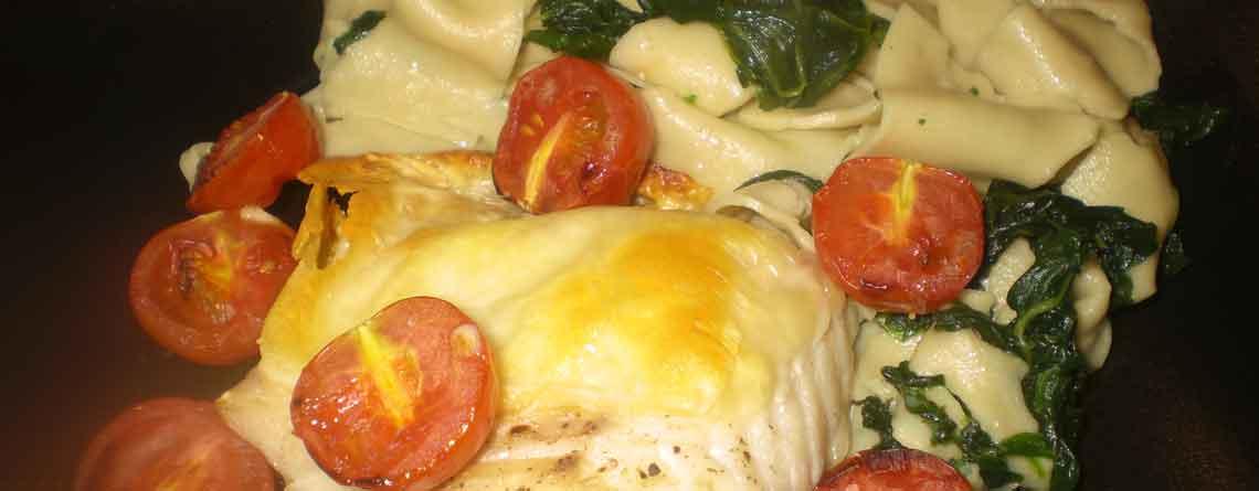 Gratineret torsk med spinatpasta og bagte tomater