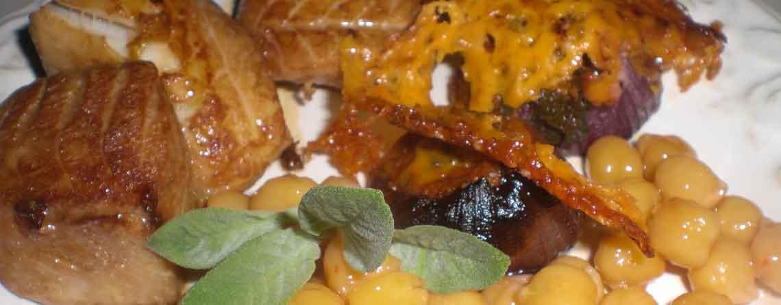 Marineret mørksej med kikærter og bagte løg