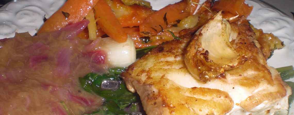 Torsk med spinatkompot, ostefritter og rabarbersovs