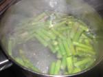 Kog aspargeserne i letsaltet vand.