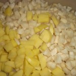 Skær kartofler og jordskokker i tern.