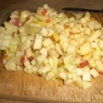 Skær æbler i tern.