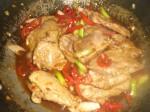 Tilsæt hvidløg, chilisauce og sojasauce.