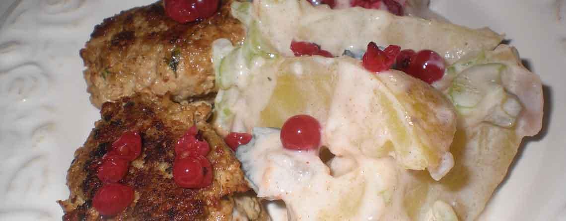 Salsicciadeller med kartoffelsalat og råsyltede ribs
