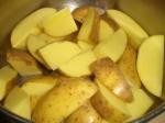 Skrub kartoflerne, og skær dem i både.