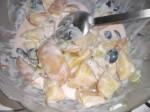 Bland dressing og kartofler og grøntsager sammen.