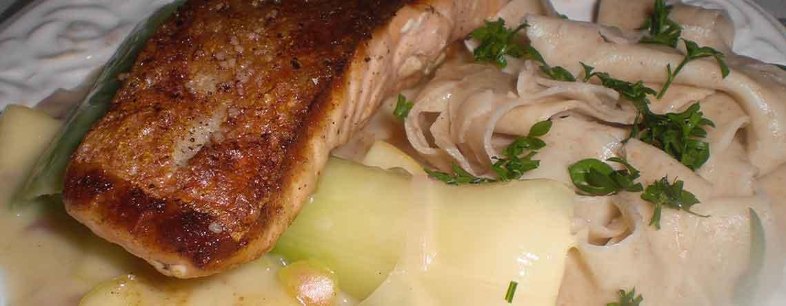 Sprødstegt laks med æblepeberrodssauce, porrer og pasta