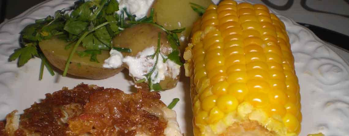 Sprød rødfisk med søde majs og kartoffelsalat med rygeost
