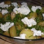 Kom kartoflerne i et fad, og top med rygeost, krydderurter og citronskal.