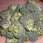 Skær broccolien i mindre stykker.