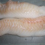 Skær fisken i mindre stykker, og vend den i mel.