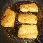 Tag fiskebøfferne af panden, og hold dem varme.