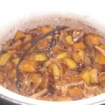 Tag låget af, og lad chutneyen koge uden låg ½ time mere.