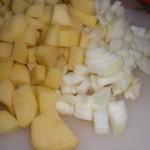 Skær kartofler og løg i tern.