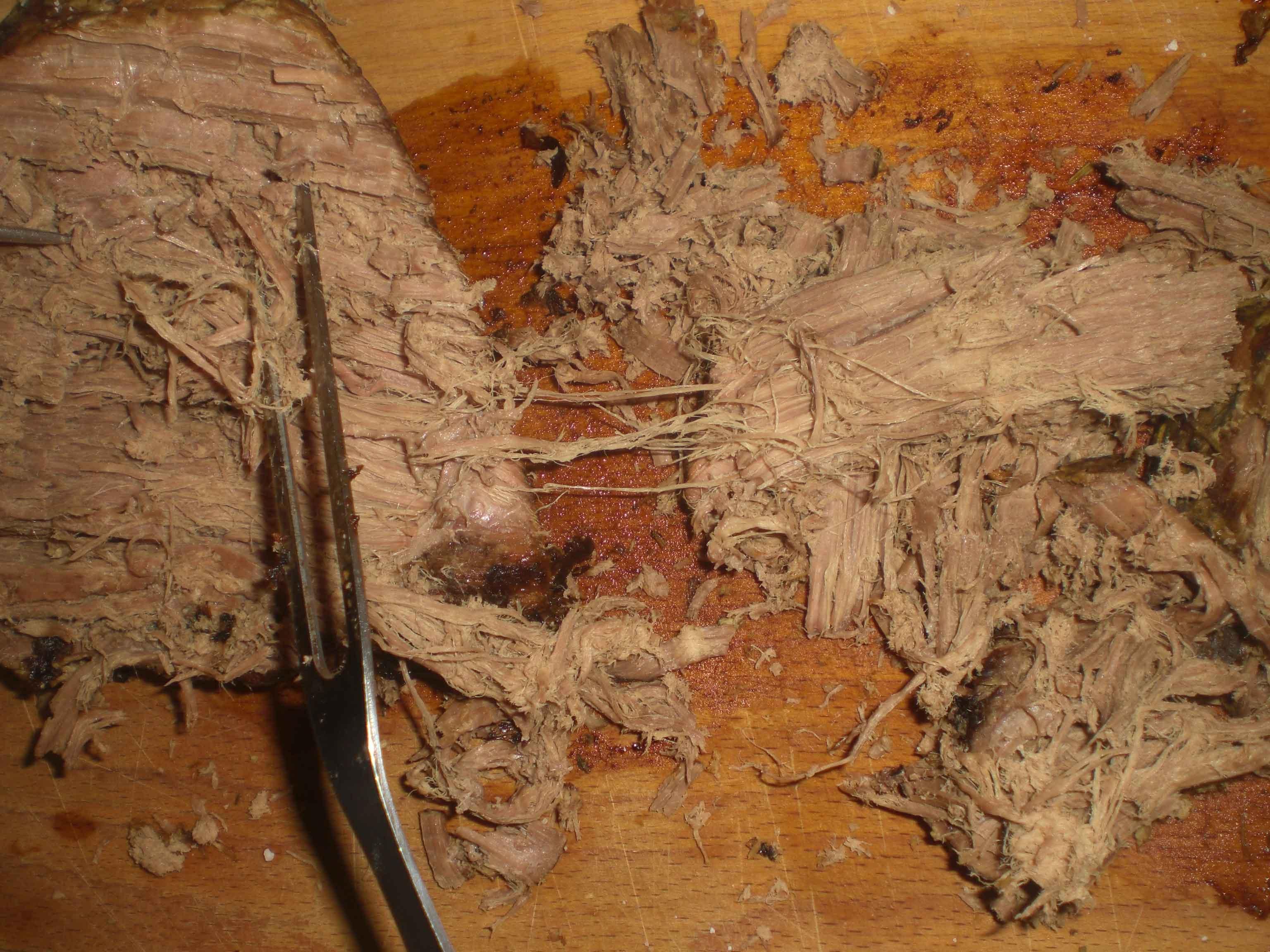 Træk kødet fra hinanden med to gafler.