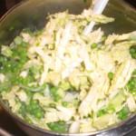 Vend salat med ærter og porrer.