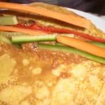 Smør mole poblano på pandekagerne, og læg grøntsagsstænger på.