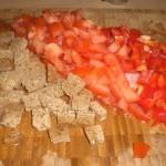 Skær den ene peberfrugt, tomater og brød i tern.