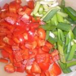 Skær peberfrugterne i tern og forårsløgene i skrå stykker.