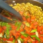 Kom grøntsager tilbage, når risene er kogt.