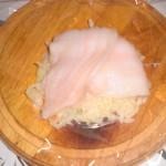 Læg fisk oven på en håndfuld kartofler på et stykke film.