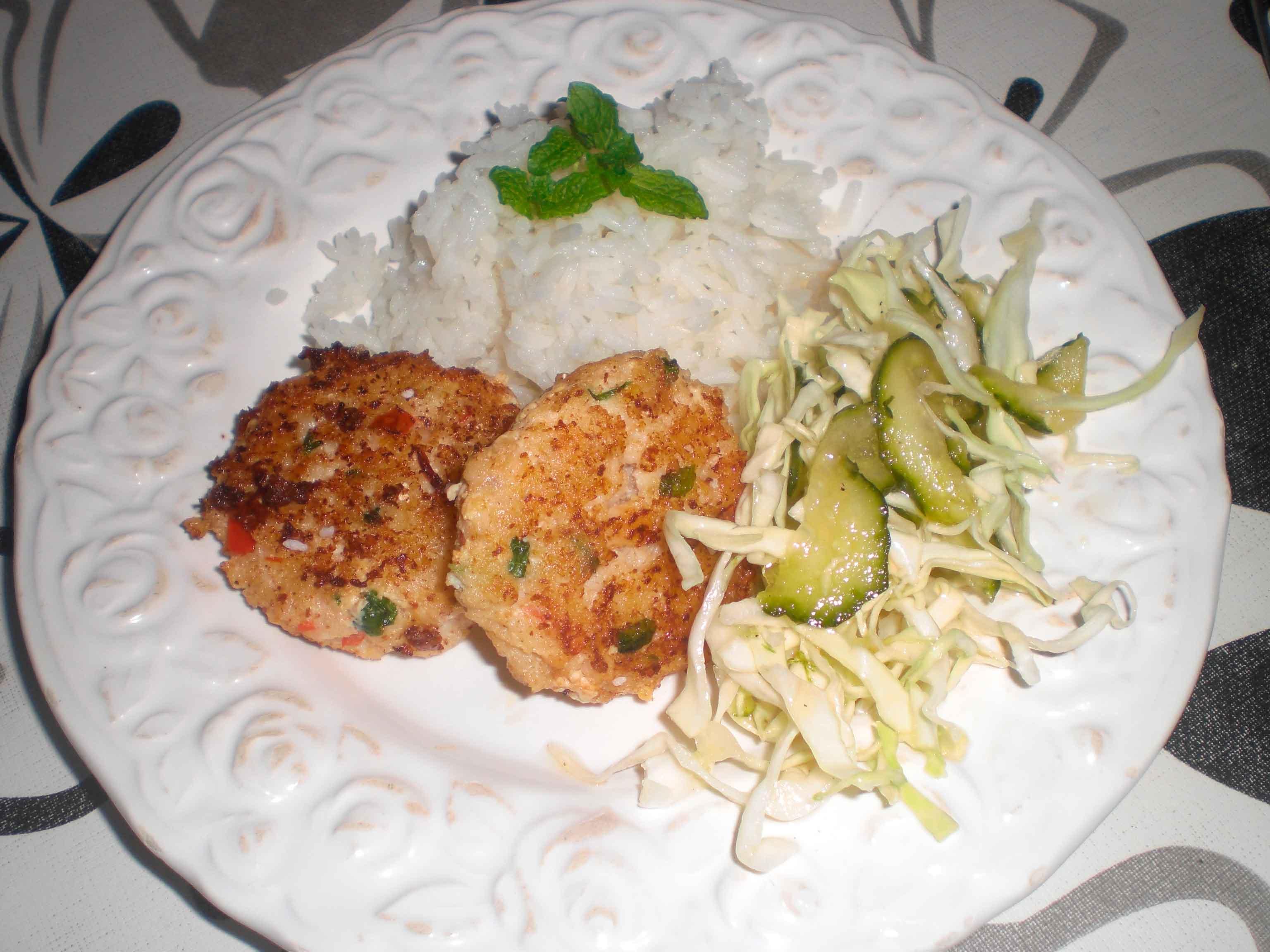 Thaifrikadeller med ris og agurkesalat
