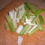 Skær alle grøntsagerne i 4 cm lange, tynde strimler.