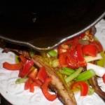 Hæld varm olie over heldampet knurhane og grøntsager.