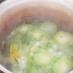 Kog broccolistok og grove løgtern i bouillon.