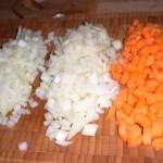 Skær det ene løg i grove tern, og gulerødder og det andet løg i små tern.