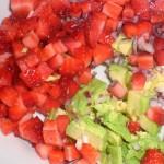 Skær avocado i tern og bland med jordbær og løg.
