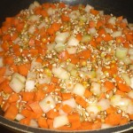 Tilsæt gulerødder og løg.