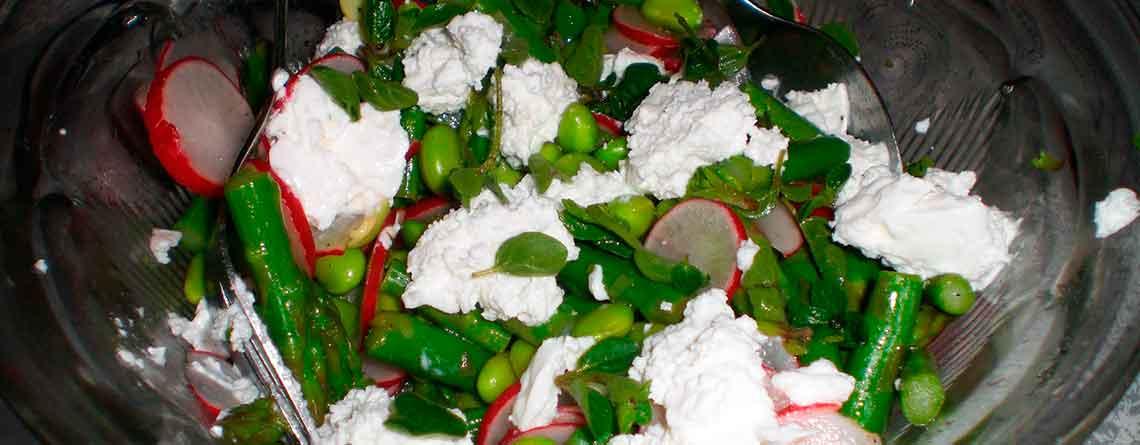 Salat med edamame bønner og gedeost