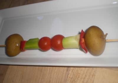 Træd grøntsagerne på spyd.