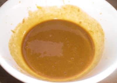 Rør en marinade af citronsaft, sennep, farin og sojasauce.