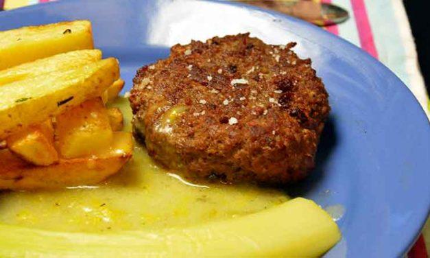 Bøf og ost med porre-timiansovs og hjemmelavede pommes frites