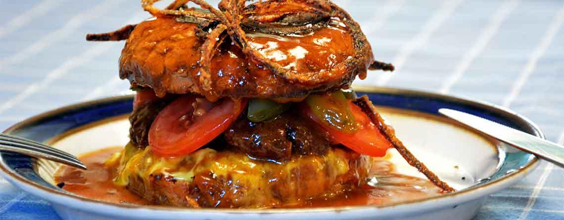 Bøfsandwich med ristede løg og sovs